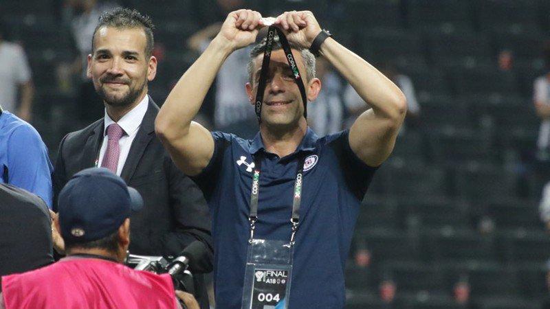 Pedro Caixinha durante el festejo de la Copa MX