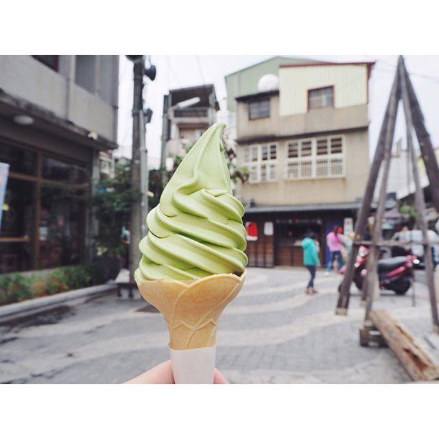 🇹🇼DAY③ 2.nov.2018 最近、三茶にも出店したソフトクリーム屋さんで抹茶の🍦 きちんと抹茶の粒が残ってて濃厚! ٭٭٭٭ #正興街 #蜷尾家 #tainan #台南 #taiwan #台湾