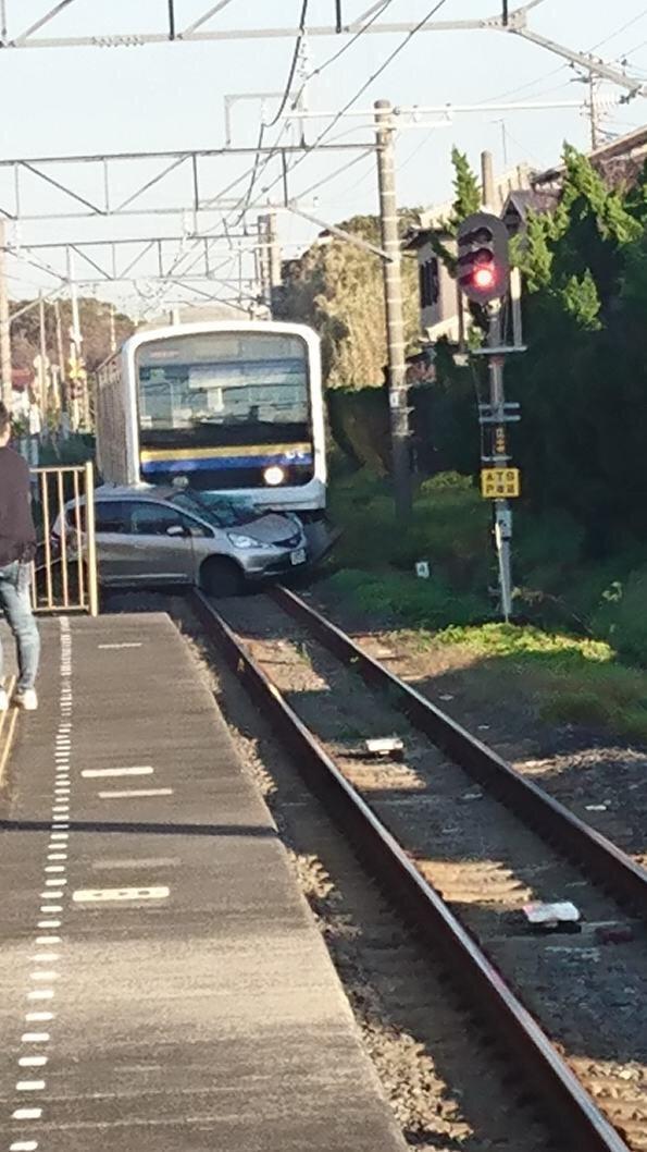 内房線の大貫駅~青堀駅間で電車と車が衝突した事故現場の画像