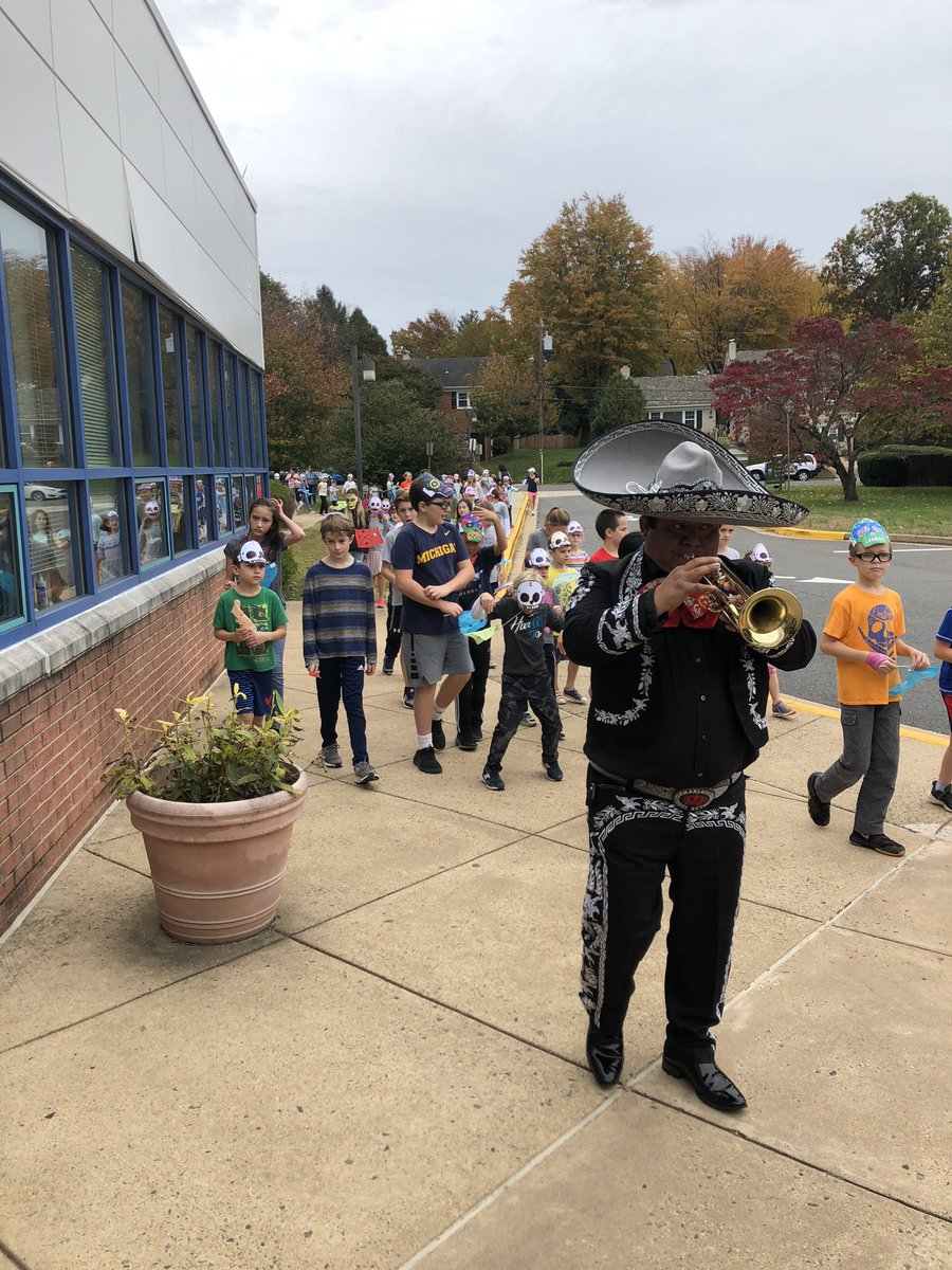 We celebrated Day of the Dead with a mariachi band 💀 as we honored those who passed on.  Students learned songs to sins during the parade. <a target='_blank' href='http://twitter.com/monicaroache'>@monicaroache</a> <a target='_blank' href='https://t.co/dHEPPMVDCi'>https://t.co/dHEPPMVDCi</a>