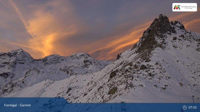 Espectacular #amanecer hoy en #Formigal. Webcams de Garmet y Anayet via @infonieve  Temperaturas a las 7:30 -3C° en el Portalet 1800m, -0.7 Anayet 2100m, 1.6C° Sarrios 1800m y 0.6C° en la Urbanización a 1500m vía @CyNPirineos y @saihebrocpc