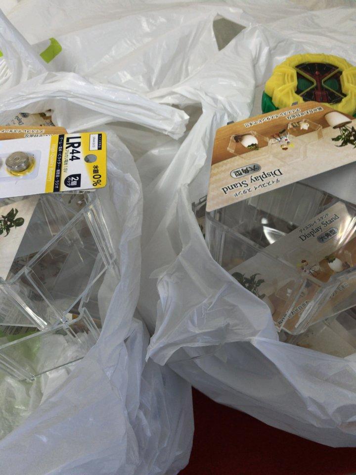 test ツイッターメディア - 今後増えるであろう食玩ライドウォッチのディスプレイの為に セリア巡りして大量買いしてきた! \\\\?( 'ω' )? ////  #仮面ライダージオウ #DXライドウォッチ #セリア #六角型ディスプレイスタンド #大量買い https://t.co/w7t9uKd1Eb