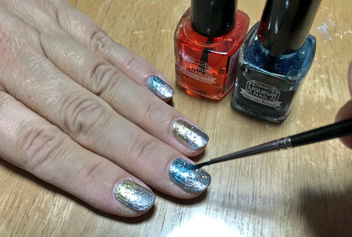 test ツイッターメディア - ヨメにネイル。#ANNASUI シルバー→ ANNA SUI クリアラメ→ #キャンドゥ リキュールネイル 2色の重ね塗り。やっぱANNA SUI のネイルカラーは発色、塗膜 なによりボトルの可愛いさ…最高。#ネイルアート https://t.co/FOsRSZZV8q