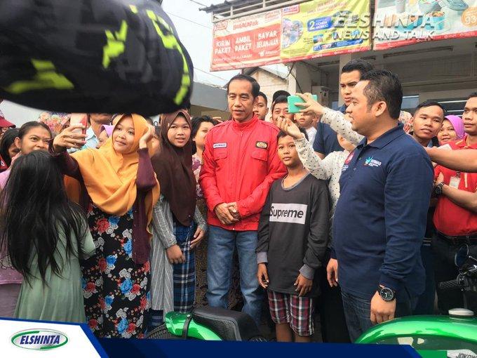 Presiden @jokowi, Minggu (4/11) pagi menggunakan sepeda motor untuk blusukan dari kawasan Serpong menuju Pasar Cikokol, Tangerang, Banten. (Bai) #ElshintaWeekend Photo