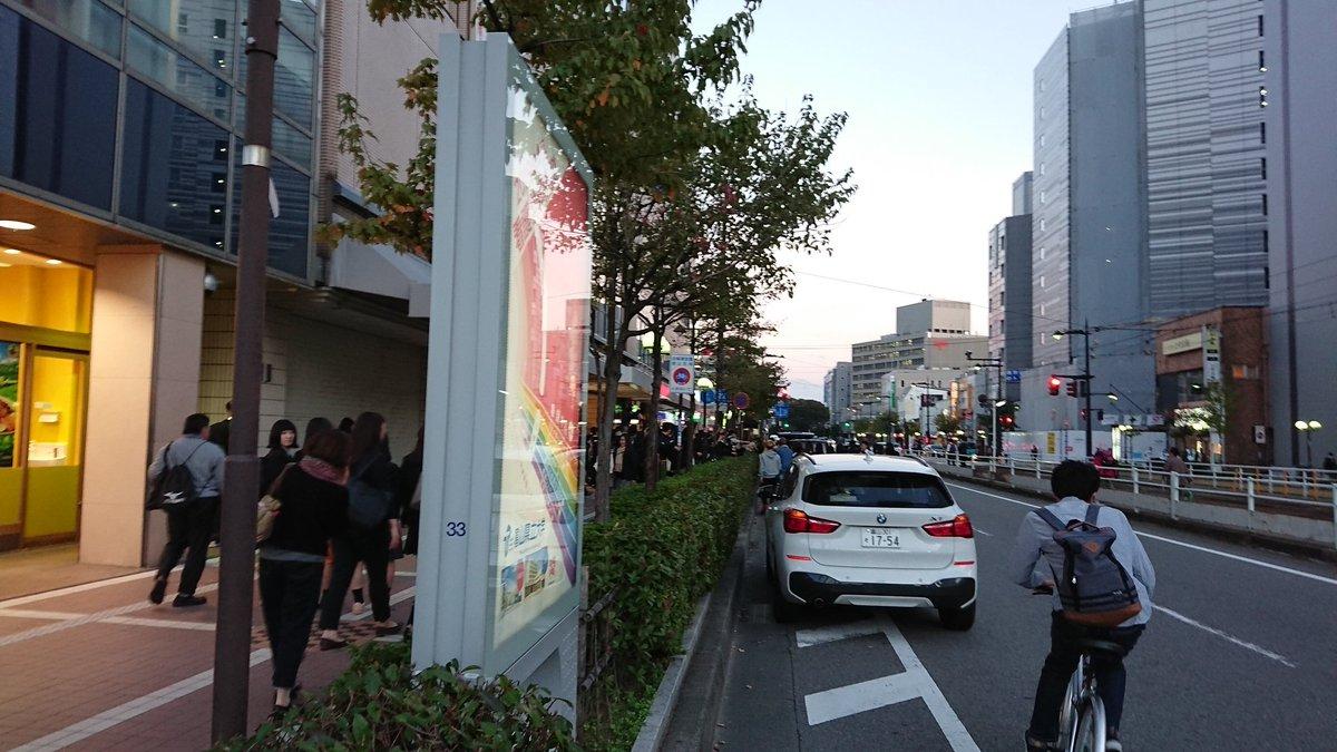 富山駅に人が群がるwww原因は三角チョコパイだったwww