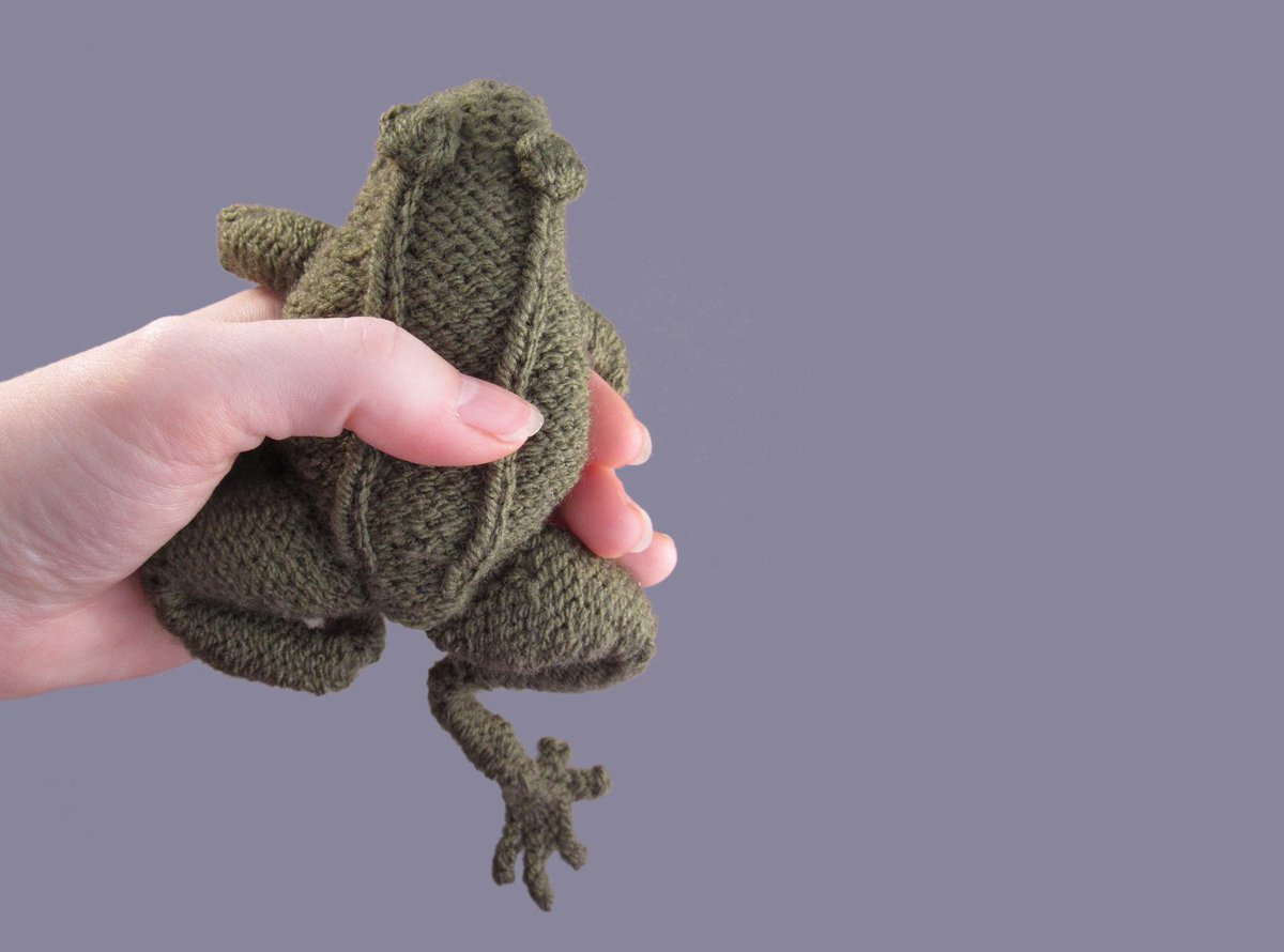 October's free frog knitting pattern is online, now with updated photo! http://www.oddknit.com/patterns/beasties/frog.html…