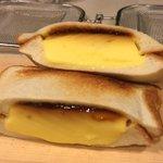 プリンをパンに挟んで焼いたプリンサンド!とろーり溢れるプリンが美味しそうw