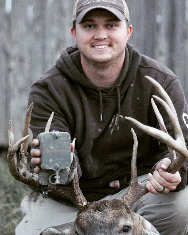 Replying to @Scent_Blaster: Nice trophy buck for @grlassiter @blackriveroutdoors_ ! Congrats! #deerhunting #bigbucks #bowhunting #hunting #deer #scentblaster #getmorescentout #attractmoregane #whitetail @lockdownscents 📷: @benjamintcole