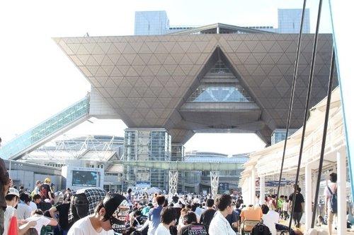 【来年開催分】コミケ有料化へ 東京五輪によるビッグサイト利用制限で経費増 https://t.co/njW74sv5ZQ  C96とC97は東展示棟が使えないため別会場も利用し4日間開催。経費増加のため有料化を検討しているという。