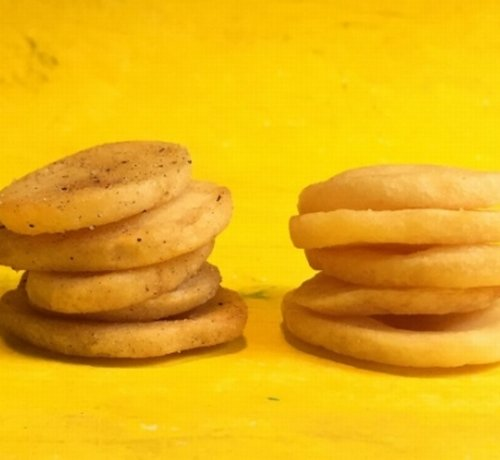 【3倍の厚さ】カルビー、史上最厚級のポテチ「ポテトデラックス」発売 https://t.co/uInW26bLPv  2度揚げ製法により、はじめはカリッと、あとからホクホクとした食感が楽しめる。信越エリア限定で12日から発売。