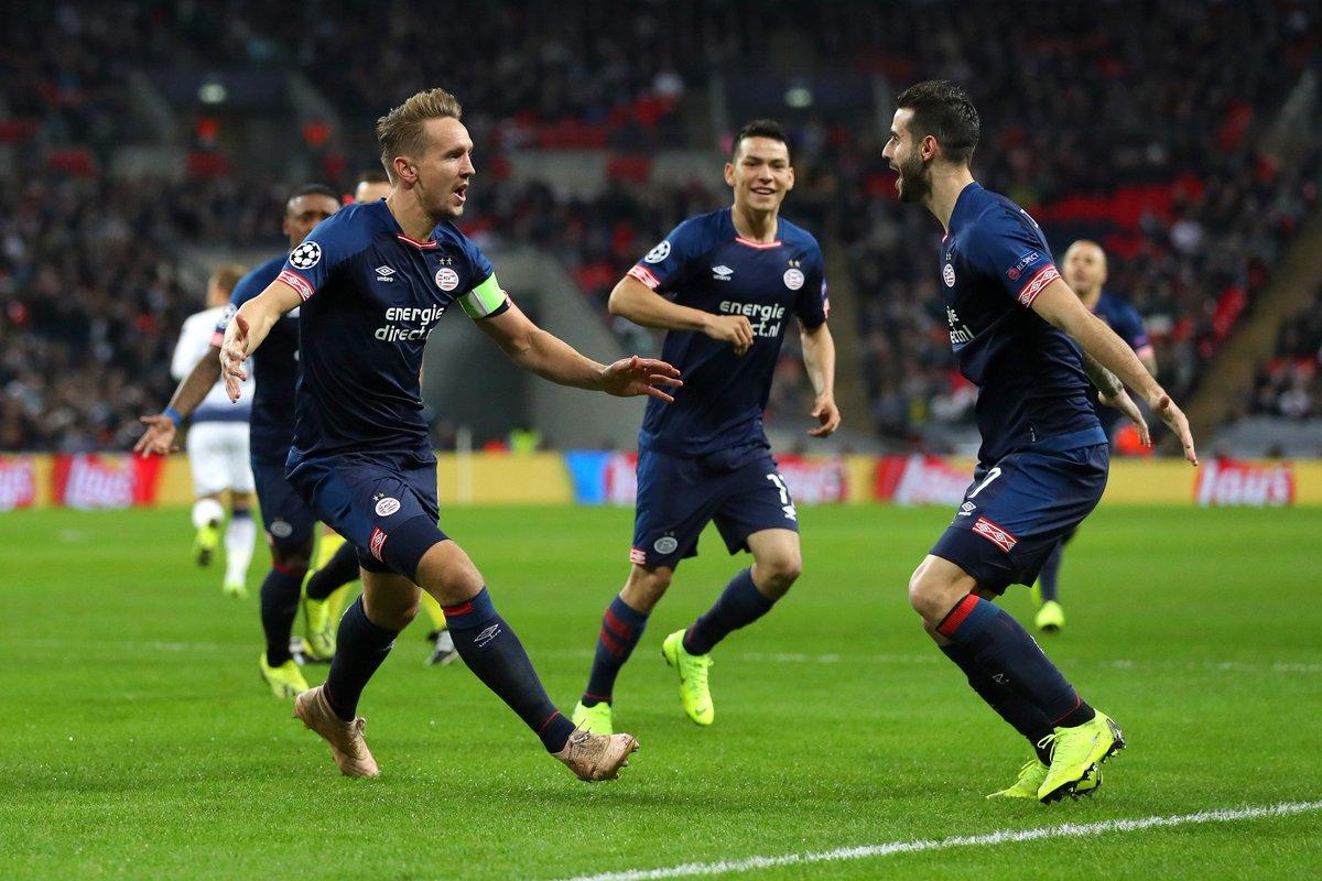 Luuk De Jong, Gastón Pereiro y Chucky Lozano festejan el gol del PSV