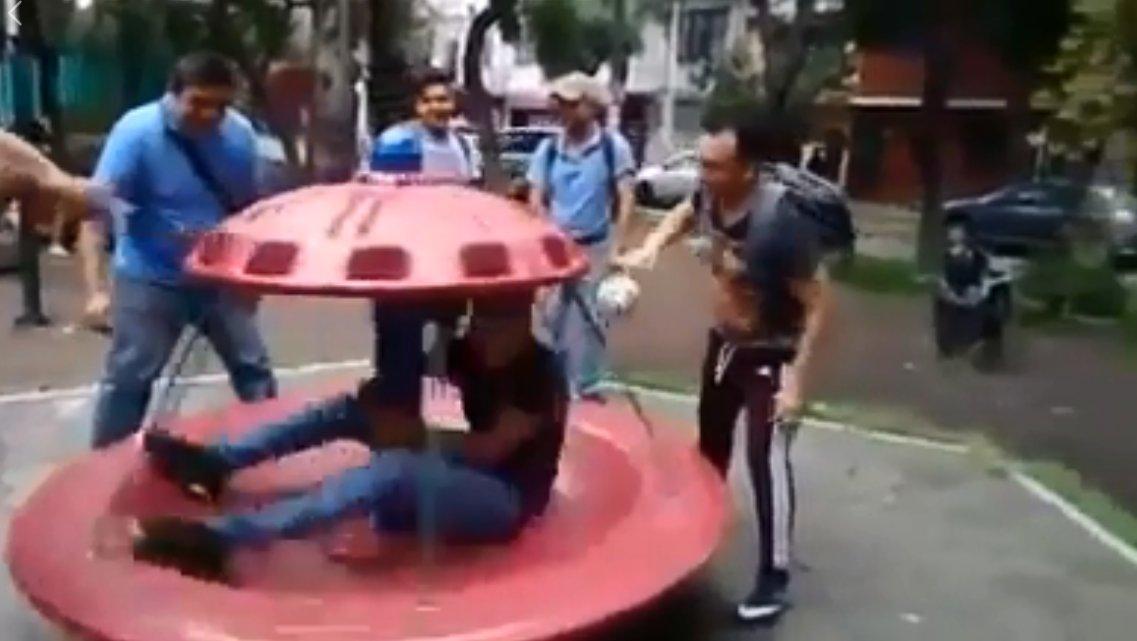 Gracioso momento en que joven se cae de juego en parque infantil #VideoViral https://t.co/6ahjn2rHPQ https://t.co/1Mjtflv87N