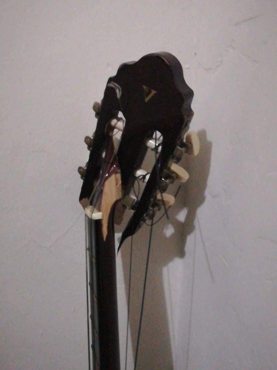 Ese momento en que creés que nada puede empeorar,  tu guitarra decide suicidarse... CÓMO CARAJOS VA UNA GUITARRA A PARTIRSE ASÍ DE LA NADA.. WTF! háganme muñeco vudú a mí pero mala onda meterse con mi guitarra. #SadKoi