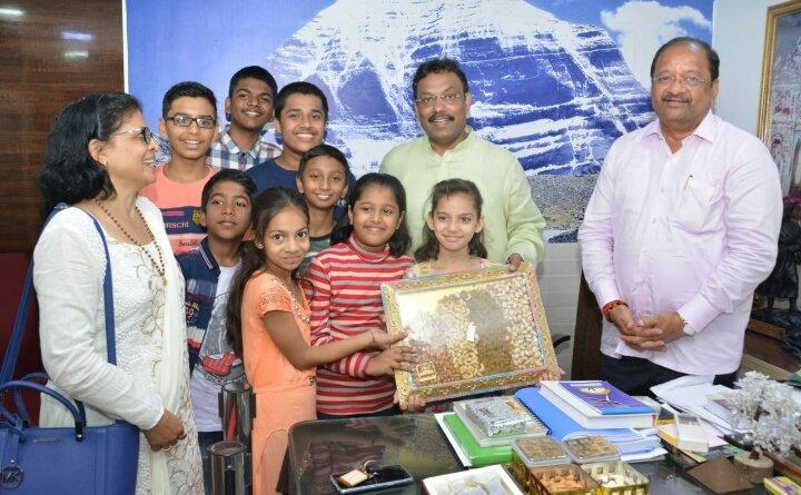 दिवाळी निमित्त बोरिवलीतील चिमुकल्यांना भेटवस्तू देऊन त्यांच्या आनांदात सहभागी झाले शिक्षणमंत्री @TawdeVinod  @iGopalShetty #HappyDiwali