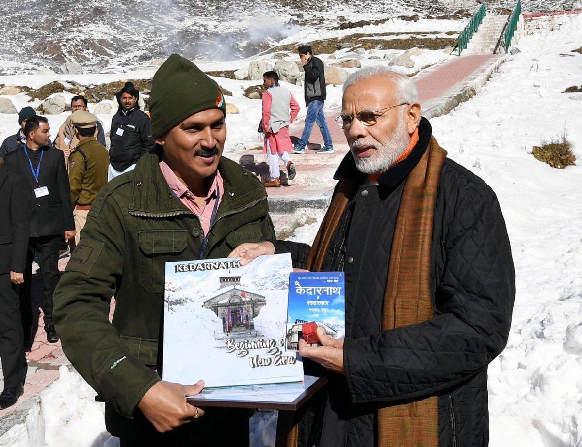 """जून 2013 में केदारनाथ में आई आपदा और पिछले पांच साल में पुनर्निर्माण के सफर को मैनें """"#केदारनाथ_से_साक्षात्कार"""" एक किताब का रूप दिया। बाबा केदार के आशीर्वाद से ये सफर आज प्रधानमंत्री @narendramodi जी को किताब की प्रति भेंट करने से एक नई ऊंचाई पर पहुंच गया।😊@HalfcrowBooks 📚"""