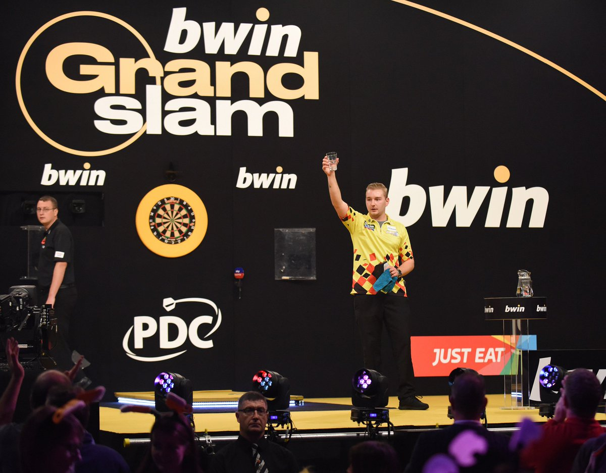 🎯Hits a nine darter 🎯Throws 6 x 180s 🎯Wins 10-6 to reach the quarters What a night for Dimitri van den Bergh 🙌 #bwindarts #bwinGrandSlam