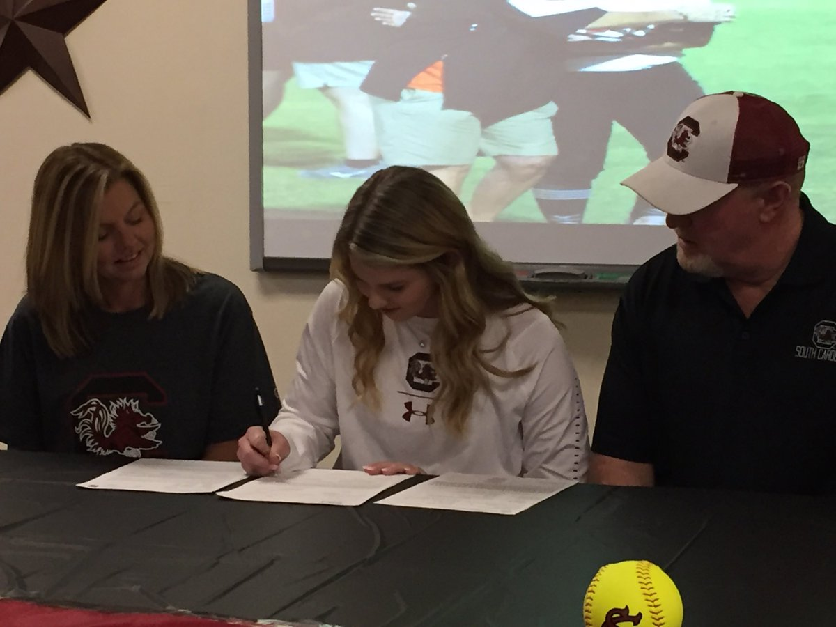 Tom Bean's Ellie Bailey signs to play softball at South Carolina <br>http://pic.twitter.com/baE33jtlYx