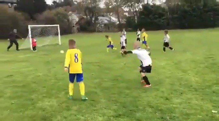 Bir tarafta 'kale boş' diye taktik veren baba diğer tarafta bunun bi tık üzerine çıkan bi baba. Futbola dair izlediğim en iyi videolardan biri.
