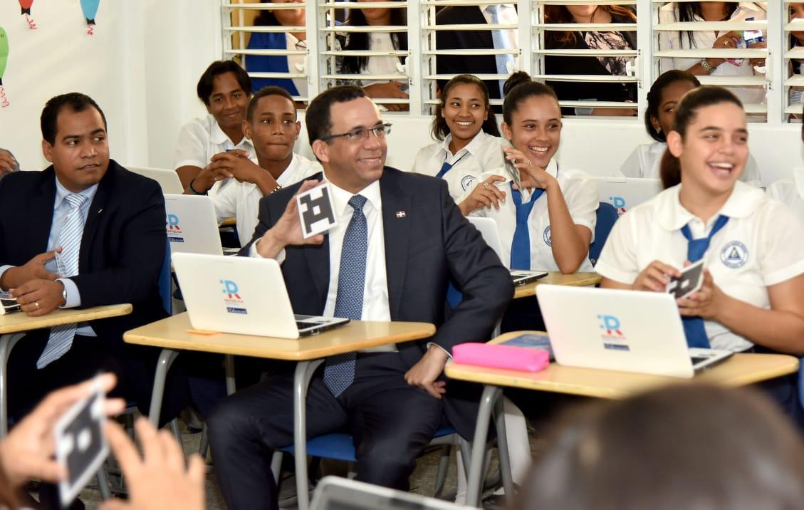 Ministro de Educación Andrés Navarro lleva República Digital a liceos de Santiago