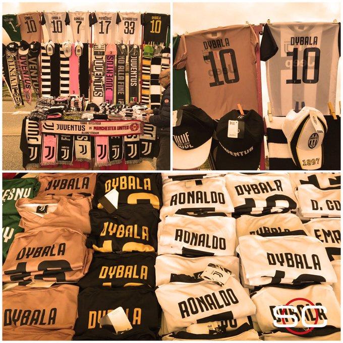 ¡Aprovechen que quedan pocas! En los alrededores del estadio de la Juve, la camiseta de Paulo Dybala es la que más se vende. Hoy, la Vecchia Signora recibe al Manchester United por la #CHAMPIONSxESPN. Foto