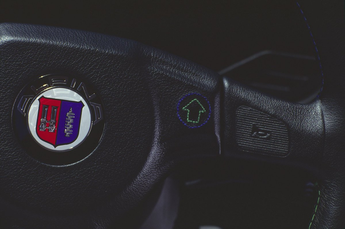 ALPINA SWITCH-TRONIC 4/4 The advantages of the SWITCH-TRONIC were and continue to be the ability of the driver to control the shifting of the automatic transmission as he wishes and in a safe and ergonomic manner directly from the steering wheel.