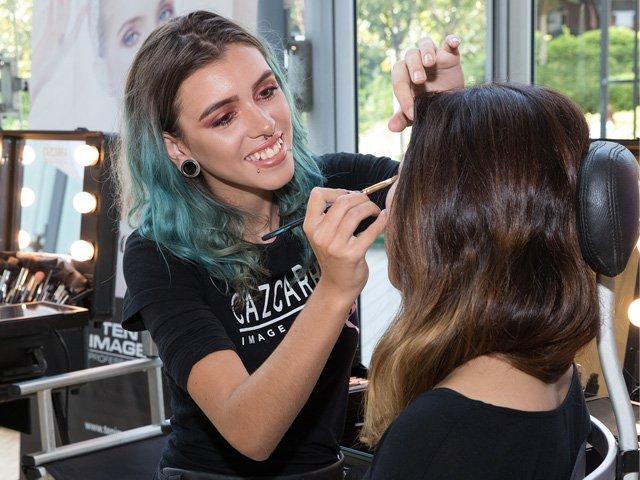 Practicar, practicar y practicar. Eso es lo que necesitas para convertirte en un auténtico profesional del maquillaje ||Fotografía: #Maquillaje solidario en #AltaDiagonal para @GrupAgata  #cazcarra #practicas http://ow.ly/qYEW30mqDwhpic.twitter.com/MLm3UKoIbE