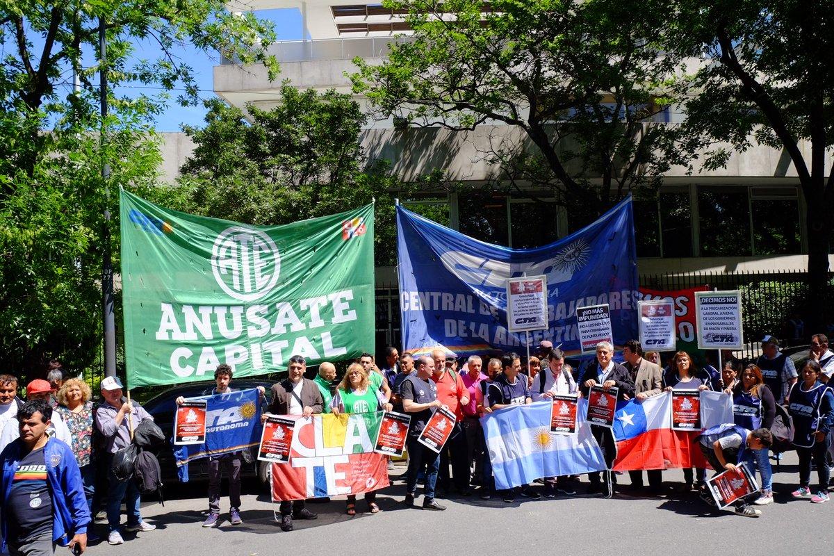 #Hoy #CLATE En Solidaridad Internacional, trabajadorxs de #Argentina #CTAAutonoma se movilizamos a la Embajada de #Chile en #BuenosAires (Tagle 2762, CABA) en el marco del Paro Nacional Activo #8Nov #CTAA #CTAACapital #AnusateCapital Fotos: Ariel Romano
