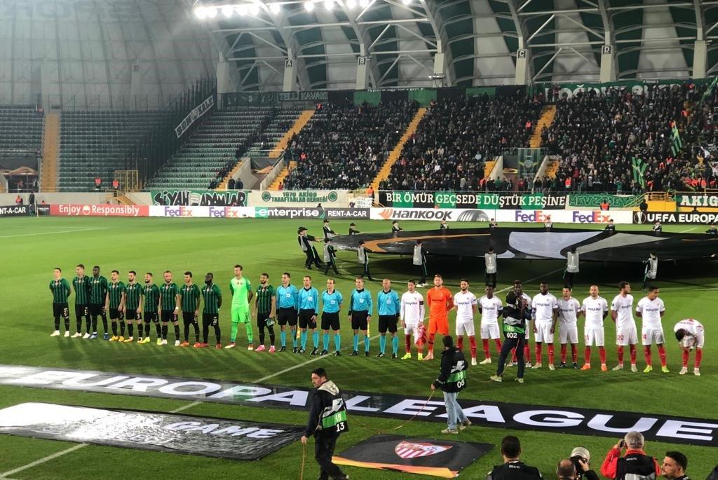 Los jugadores de ambos equipos, antes del partido (Foto: SFC).