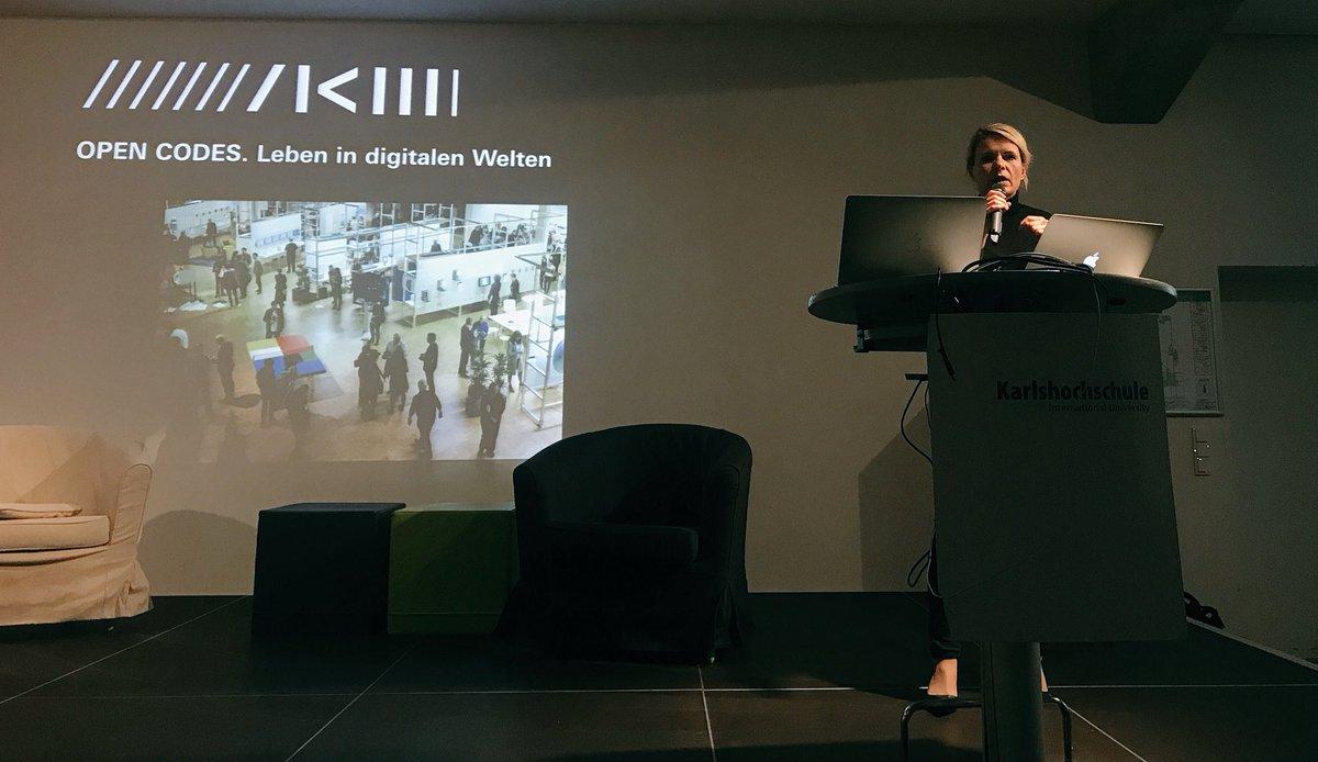 """""""Technologisch entwickeln wir unsere Geräte schneller als wir uns selbst weiterentwickeln."""" - sagt Dominika Szope vom @zkmkarlsruhe beim #digitalkKA"""