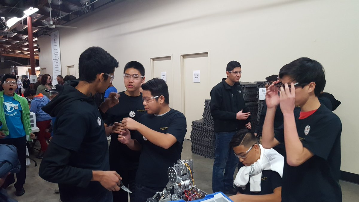 The @delmarhs robotics team is gearing up for @FTCteams competition this season. #ThrowbackThursday to last years competition #NationalSTEMDay #omgrobots #ProudtobeaDon @mycuhsd @IBatDelMar https://t.co/Ab5vdGJqCQ