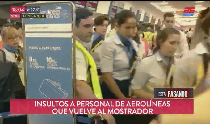 PARO SALVAJE : Pasajeros varados insultan a los empleados que se plegaron al paro salvaje de Aerolíneas Argentinas y ahora vuelven a los mostradores. Mientras tanto pasajeros con niños y ancianos siguen sin saber cuando vuelan #juevesintratable #ganaleamenta @radiomitre Photo