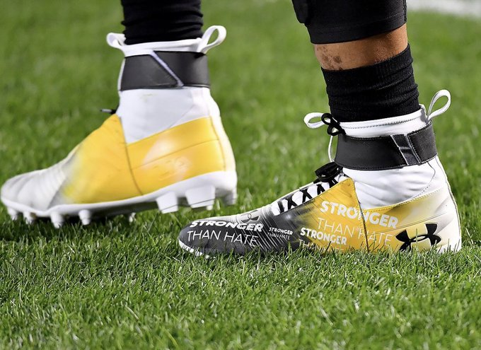 Cleats that Panthers' QB Cam Newton is warming up in for tonight's game in Pittsburgh, honoring the Tree Of Life Synagogue victims, via @mattfreedpghpg. Foto