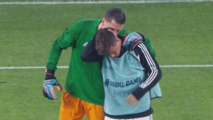 ¡Insólito! El golpe en la nuca que recibió Paulo Dybala en la entrada en calor de la Juventus. 😮😮 Photo