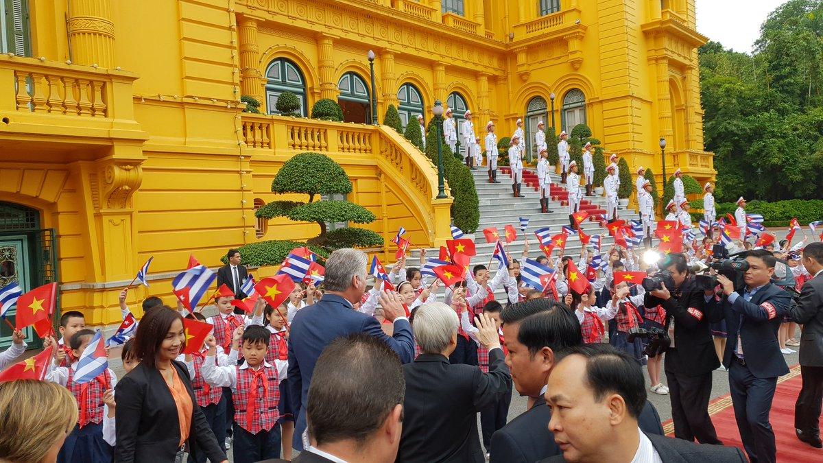 Díaz-Canel fue recibido por el mandatario de Vietnam