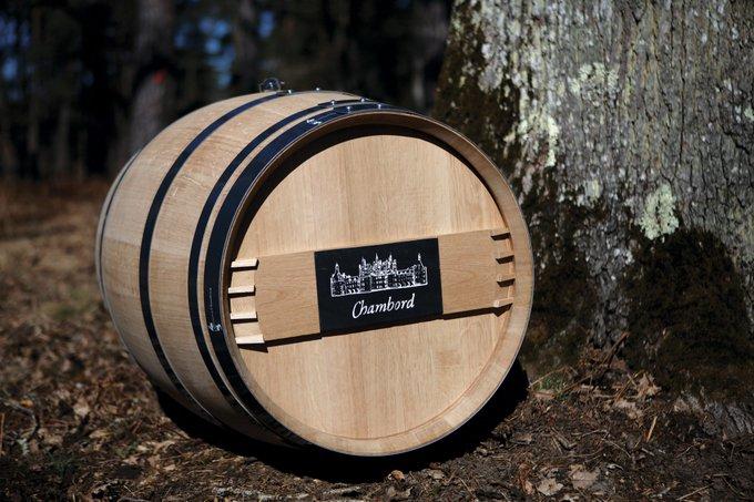 #VendrediLecture Partageant la préoccupation de la filière-bois devant l'exportation du chêne français sous forme de matériau brut, Chambord lance une fabrication de tonneaux entièrement faits en chêne de sa propre forêt. ▶️ Photo