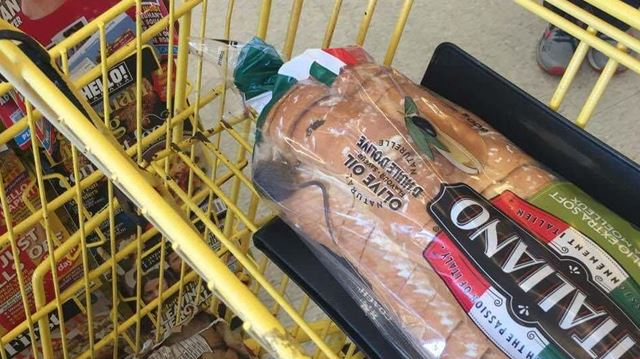 Loblaws is apologizing to #HamOnt customers of a Main Street No Frills after the wide online circulation of photo of a mouse in a bag of bread at the store Foto