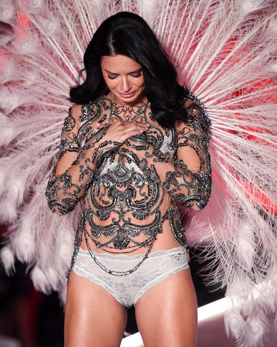 Adriana Lima gave a tearful goodbye to the #VSFashionShow after 20 years. https://t.co/0uDa5wylhQ
