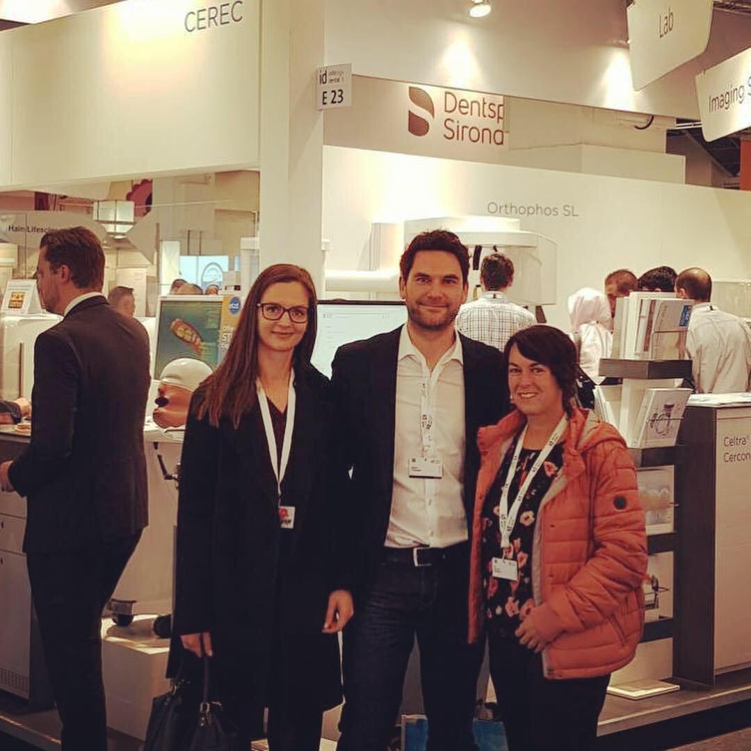Anna, Simone und Martin waren heute auf der Fachmesse #infotagedental in #Frankfurt unterwegs und haben auch den Stand unseres Kunden @DentsplySirona besucht. #agencylife #ichbinsodental https://t.co/PCmkyKF7Dz