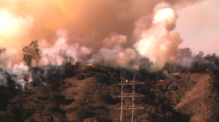 GRIFFITH FIRE: Large smoke plumes can be seen for miles as a brush fire blazes in Griffith Park near the LA Zoo. The latest: https://t.co/cMS05IePtc