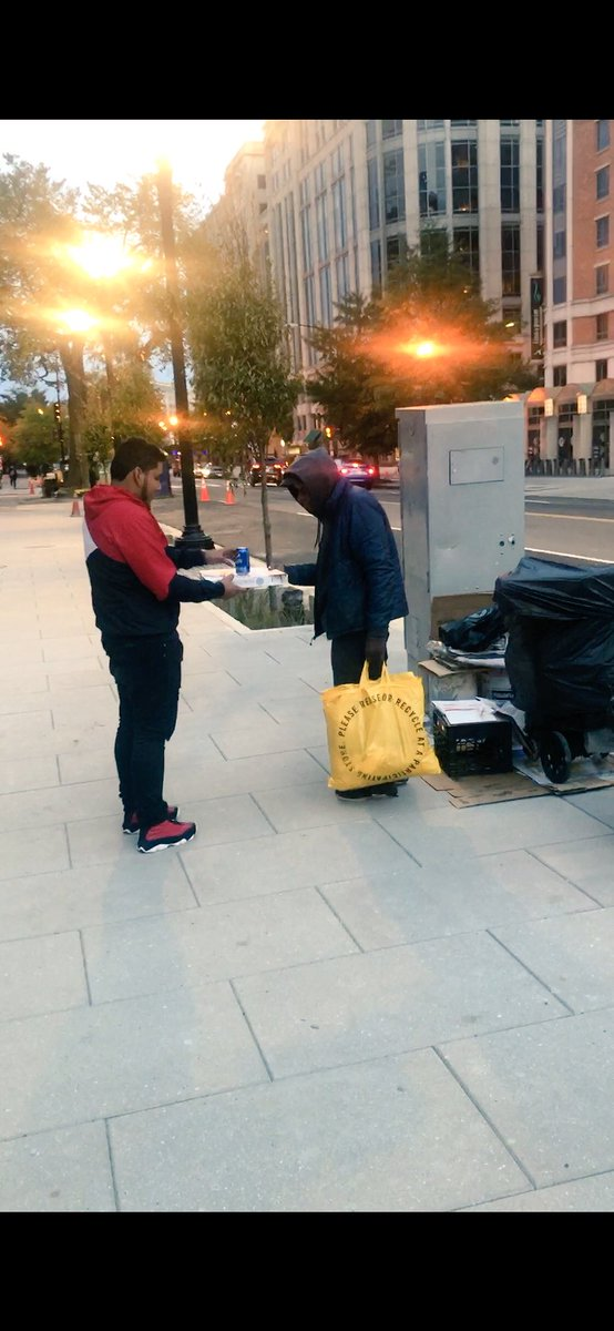 A few of our HILT students organized themselves to distribute pizzas to the homeless in DC. So proud of them. ❤️ <a target='_blank' href='https://t.co/XIIpoWQJG0'>https://t.co/XIIpoWQJG0</a>