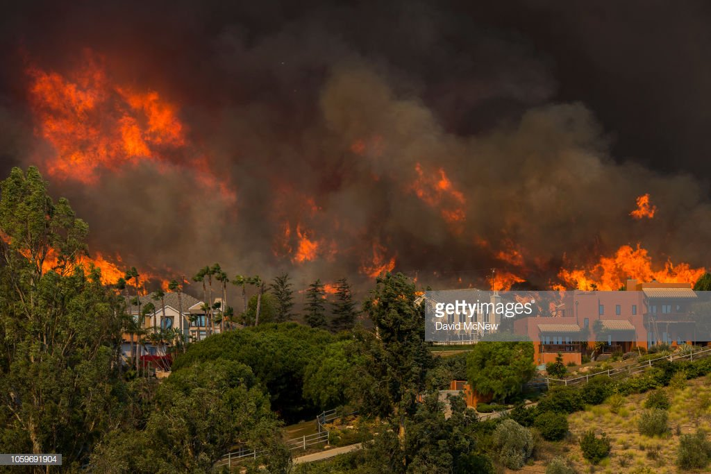 Tens of thousands evacuate Ventura and Los Angeles counties as the Woolsey Fire explodes to 35,000 acres and closes in on homes in Southern California.  📷: @eye4light