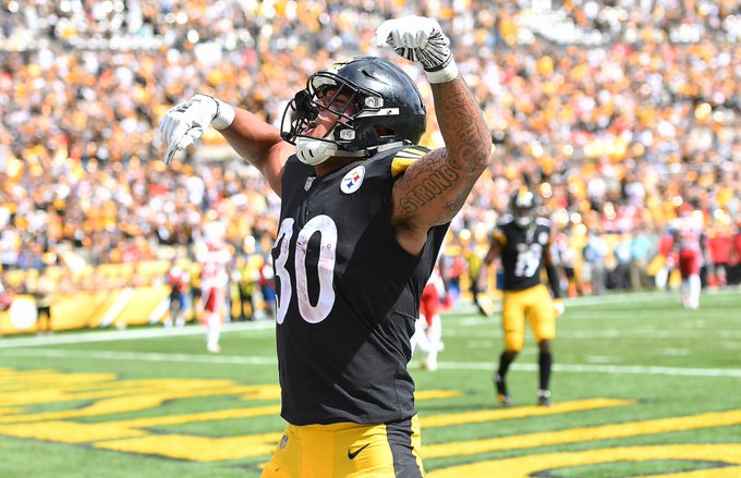 The Steelers have a list of running backs that have rushed for 10+ touchdowns in a season, four of which are in the Pro Football Hall of Fame. Please welcome James Conner to the board: #HereWeGo Foto