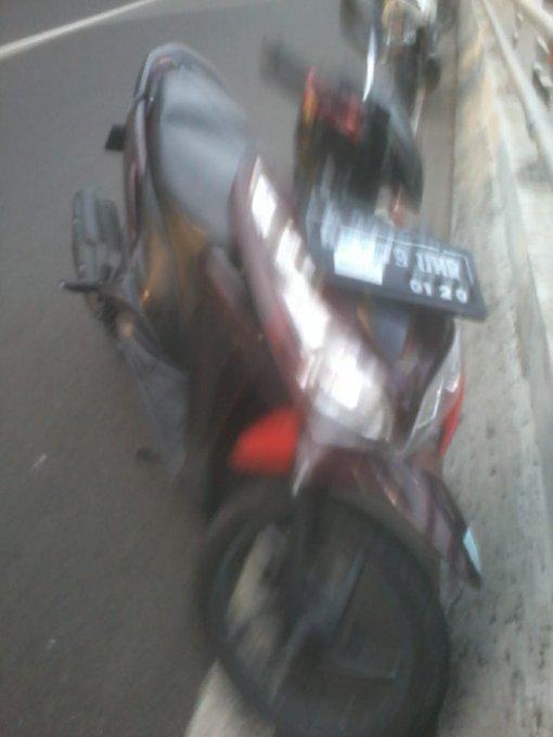 : Kecelakaan motor di flyover Cempaka Putih #Jkt dari arah Cawang ke Sunter, korban meninggal dunia. (P. Diman) #ElshintaWeekend Photo