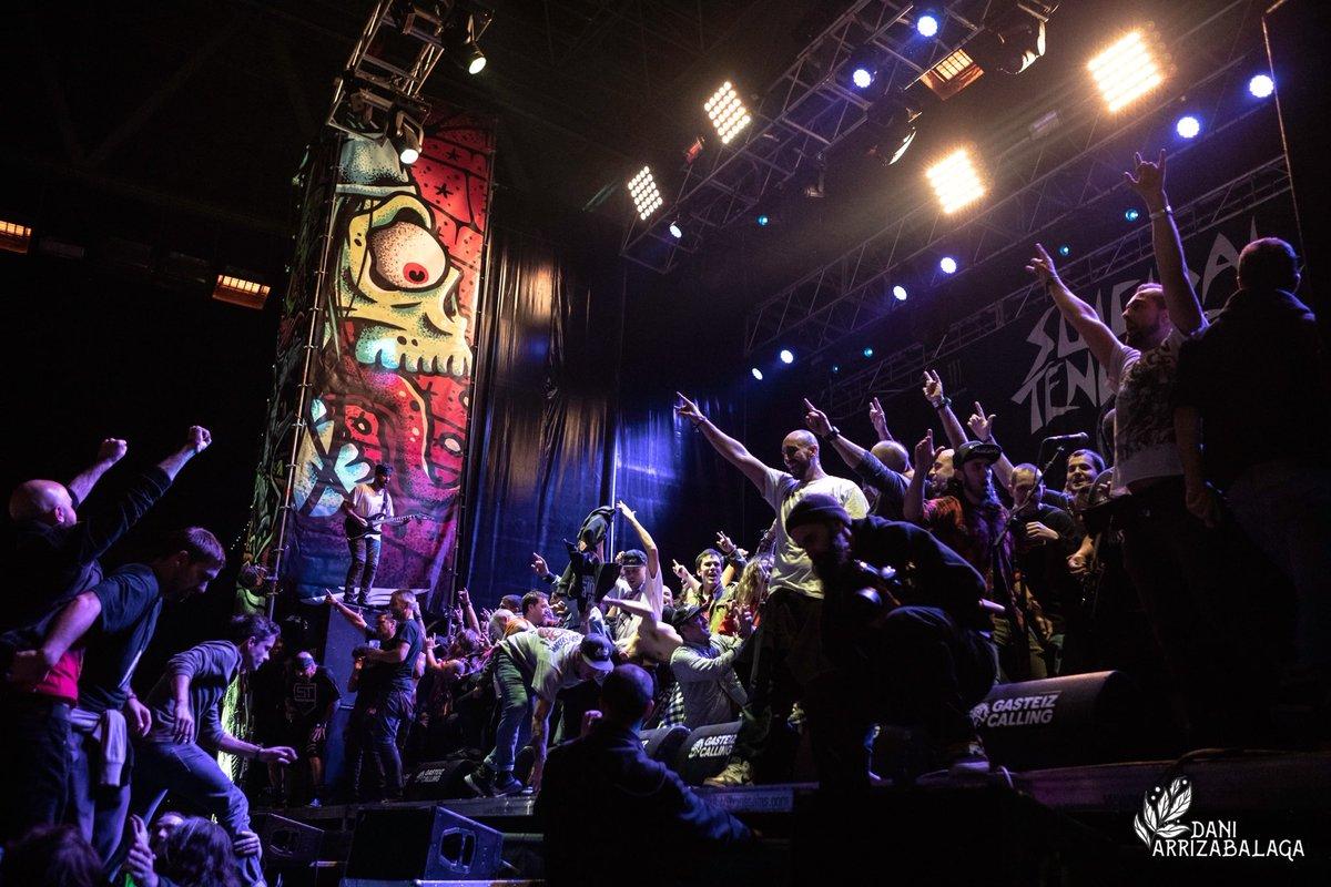 Así terminaba la primera jornada del @GasteizCalling con @suicidaltendencies poniendo el escenario patas arriba como viene siendo costumbre!  #livephotography #livephotographer #rockphotography #rockphotographer #rockphotos #gig #zuzenean #music #musicphotography @HFMNCREW