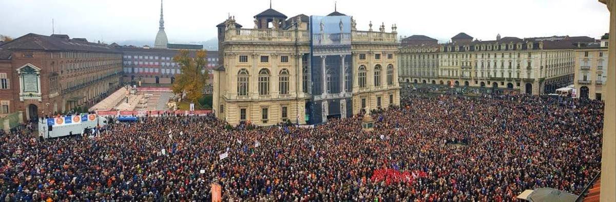 I fatti parlano, senza retorica. Finisce l'era della rassegnazione. Le migliaia in piazza a Torino indicano la via civile, dal basso, per costruire un'Italia dei SI' contro il declino accelerato di quella dei NO