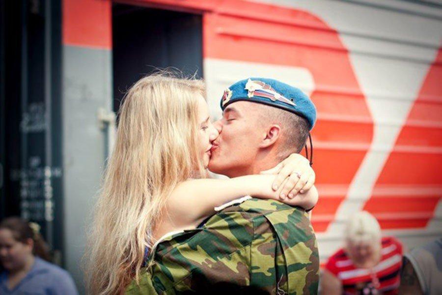 Девушка встречает парня из армии