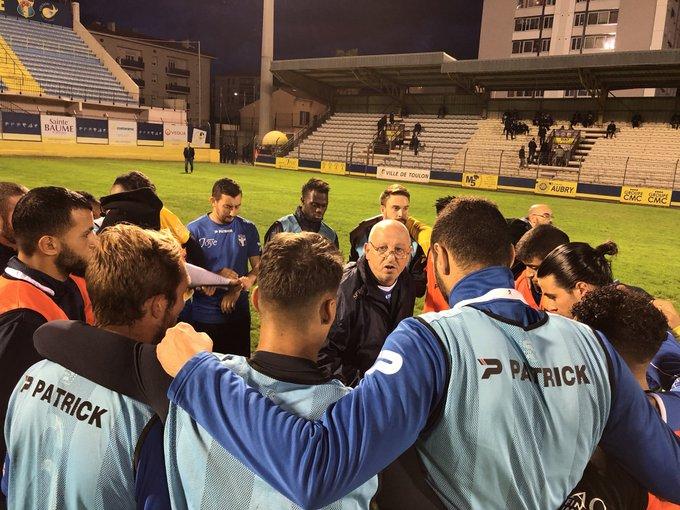 Luigi Alfano donne ses instructions avant le début du match contre @ogcnice #national2 #toulon Photo