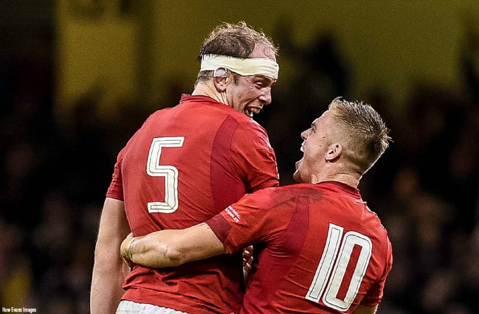 Find someone who looks at you the way Gareth Anscombe looks at Alun Wyn Jones 😍 For more pics, follow us here 👉 #WALvAUS Photo