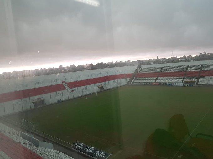 PARTIDO SUSPENDIDO. Debido a las condiciones climáticas se ha suspendido el encuentro entre Morón y Santamarina. ⚪️🔴⚪️ #DaleGallo Foto