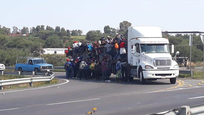 Alrededor de 300 inmigrantes hondureños se dirigen al auditorio Benito Juárez. Vienen sobre la carretera Lagos-San Juan de Los Lagos, a la altura de San Juanico Foto